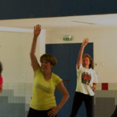 groupe de personne participant à un cours de fit dance à Latitude Forme