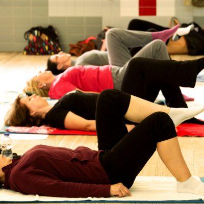 4 jeunes femmes pendant la séance de stretching à latitude forme