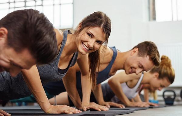 groupe de personnes pendant le cours de renforcement musculaire