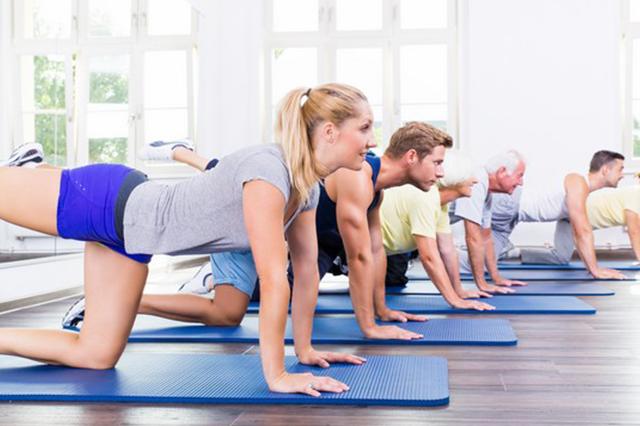 Photo d'un groupe de personne participants à une séance de renforcement musculaire