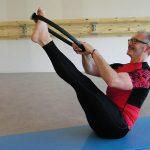 Votre coach sportif réalisant des figures de Pilates