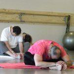 Votre coach sportif et son groupe en pleine séance de Pilates