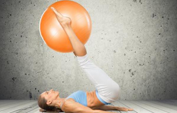 Femme réalisant un exercice de Pilates